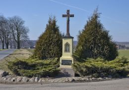 Krzyż przydrożny na pograniczu Ziemięcic i Przezchlebia. Ziemięcice, gmina Zbrosławice, powiat tarnogórski.