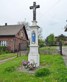 Krzyż przydrożny z 1902 roku na ulicy Rybnickiej. Radlin, powiat wodzislawski.