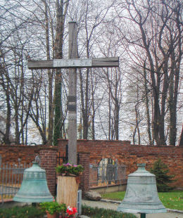 Krzyż misyjny przy kościele pw. śś. Apostołów Filipa i Jakuba. Żory, Żory.