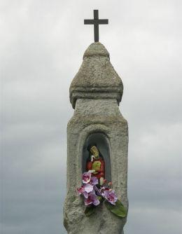 Kapliczka przydrożna z figurą Chrystusa Frasobliwego. Gilowice, powiat żywiecki.