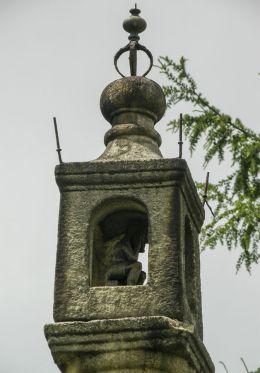 Kapliczka kolumnowa przydrożna z figurą Chrystusa Frasobliwego. Gilowice, powiat żywiecki.