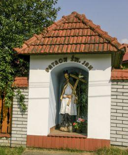 Przydrożna kapliczka z fugurą św. Jana. Jeleśnia, powiat żywiecki.