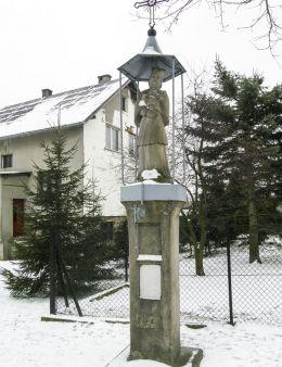 Przydrożna kapliczka z figurą św. Jana Nepomucena. Lipowa, powiat żywiecki.