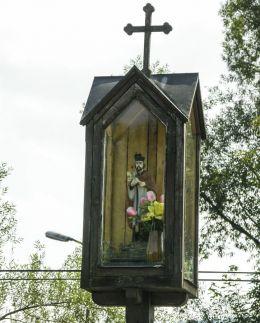 Przydrożna kapliczka z figurą św. Jana Nepomucena. Rajcza, powiat żywiecki.