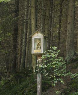 Drewniana kapliczka na słupku z figurą Chrystusa Frasobliwego. Soblówka, gmina Ujsoły, powiat żywiecki.