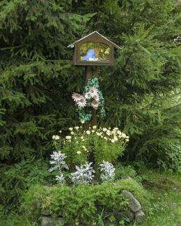 Przydrożna drewniana kapliczka skrzynkowa na słupku. Żabnica, gmina Węgierska Górka, powiat żywiecki.