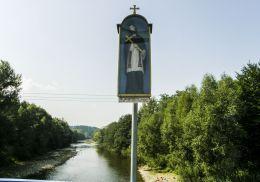 Przydrożna drewniana kapliczka z figurą św. Jana Nepomucena. Żywiec, powiat żywiecki.
