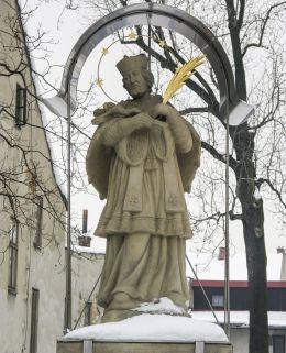 Przydrożna kapliczka z barokową figurą św. Jana Nepomucena. Żywiec, powiat żywiecki.