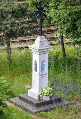 Krzyż przydrożny metalowy na kamiennym postumencie. Kielce, Kielce.