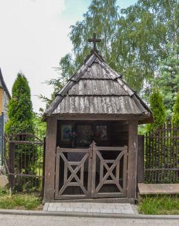 Przydrożna kapliczka domkowa drewniana. Święta Katarzyna,  gmina Bodzentyn, powiat kielecki.