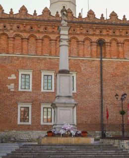 Kolumna Maryjna stojąca na rynku. Sandomierz, powiat sandomierski.