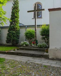 Krzyż obok kościoła św.Józefa, pl. św. Wojciecha. Sandomierz, powiat sandomierski.