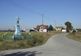Krzyż przydrożny stojący na rozstaju dróg. Osiny-Mokra Niwa, gmina Mirzec, powiat starachowicki.