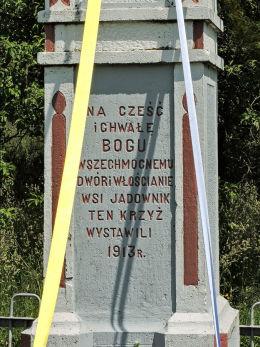 Krzyż przydrożny kamienny. Dwór i włościanie wsi Jadownik ten krzyż wystawili 1913 r. Jadowniki, gmina Pawłów, powiat starachowicki.
