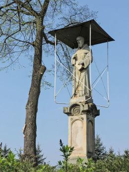 Krzyż przydrożny stojący na rozstaju dróg. Mirzec, gmina Mirzec, powiat starachowicki.