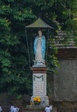 Przydrożna figura Maryjna z 1865 r. Kurozwęki, gmina Staszów, powiat staszowski.