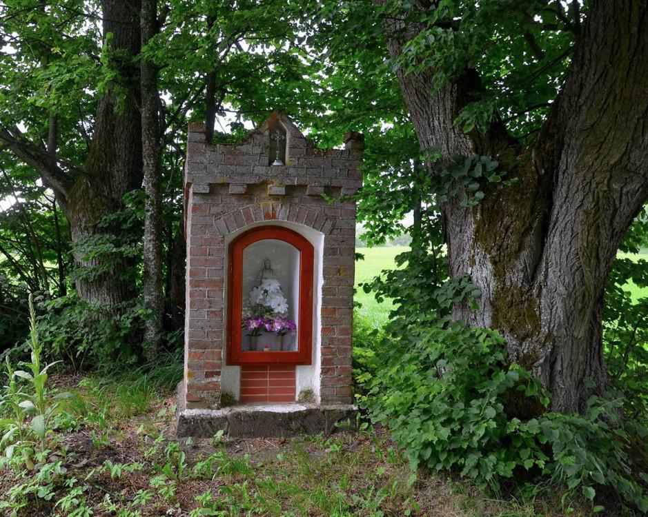 Przydrożna kapliczka murowana. Workiejmy, gmina Lidzbark Warmiński, powiat lidzbarski.