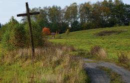 Przydrożny krzyż drewniany. Barczewko, gmina Barczewo, powiat olsztyński.