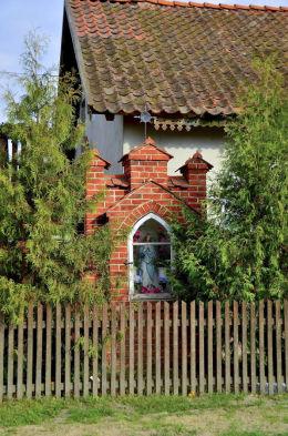 Przydrożna kapliczka. Barczewko, gmina Barczewo, powiat olsztyński.