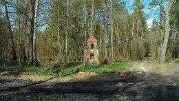 Kapliczka stojąca przy leśnej drodze. Giedajty, gmina Jonkowo, powiat olsztyński.
