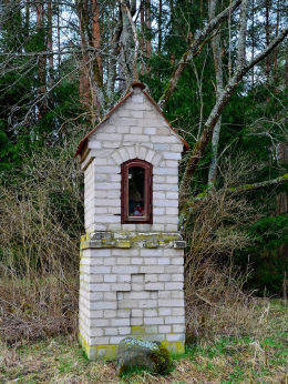 Konfliktowa kapliczka. Nielegalnie rozebrana w latach siedemdziesiątych i ponownie odbudowana z białej cegły. Małe Pluski, gmina Stawiguda, powiat olsztyński.