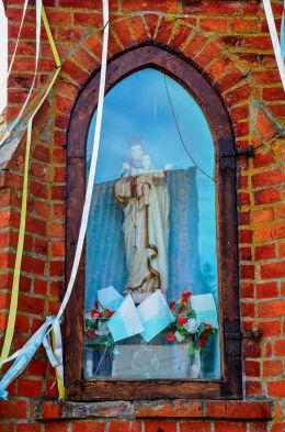 Kapliczka przydrożna w stylu neogotyckim z XIX w. Nowe Kawkowo, gmina Jonkowo, powiat olsztyński.