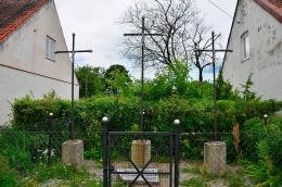Trzy Krzyże, symboliczny hołd złożony zmarłym wskutek epidemii cholery. Pluski, gmina Stawiguda, powiat olsztyński.