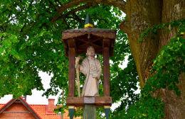 Kapliczka słupkowa św. Andrzeja Boboli. Pluski, gmina Stawiguda, powiat olsztyński.