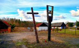 Przydrożny krzyż drewniany. Pokrzywy, gmina Purda, powiat olsztyński.