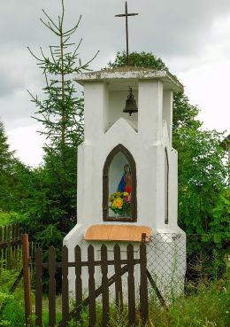 Kapliczka przydrożna w styly neogotyckim z dzwonniczką, z końca XIX w. Trękus, gmina Purda, powiat olsztyński.