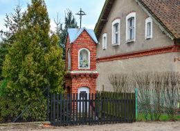 Przydrożna kapliczka z 1948 r. Zgniłocha, gmina Purda, powiat olsztyński.