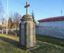 Przydrożny krzyż murowany stojący na rozstaju dróg. Szamocin, powiat chodzieski.