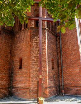 Krzyż przy dawnym kościele ewangelickim. Budzyń, powiat chodzieski.