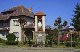 Przydrożna kapliczka murowana z frigurą św. Maryi. Huta, gmina Czarnków, czarnkowsko-trzcianecki.