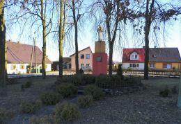 Przydrożna figura postawiona w 1952 roku, w miejscu rozebranego w 1946 r. pomnika niemieckiego żołnierza. Radolin, gmina Trzcianka, czarnkowsko-trzcianecki.