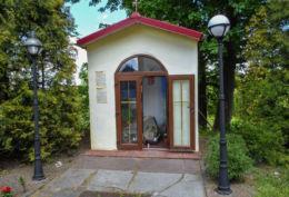 Kapliczka przydrożna domkowa murowana. Biała, gmina Trzcianka, czarnkowsko-trzcianecki.
