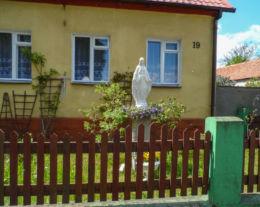 Przydrożna kapliczka murowana z frigurą św. Maryi. Biała, gmina Trzcianka, czarnkowsko-trzcianecki.