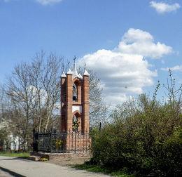 Neogotycka kapliczka przydrożna św. Jana Nepomucena. Dębe, gmina Lubasz, czarnkowsko-trzcianecki.