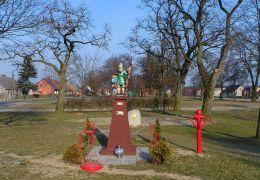 Przydrożna kapliczka z figurą św. Floriana. Gębice, gmina Czarnków, czarnkowsko-trzcianecki.