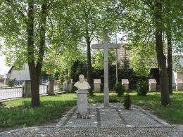 Krzyż i popiersie Jana Pawła II przy kościele św. Apostołów Piotra i Pawła. Gulcz, gmina Wieleń, czarnkowsko-trzcianecki.
