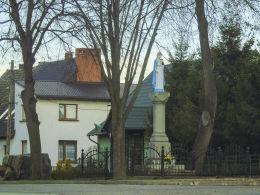 Przydrożna kapliczka kolumnowa z figurą Matki Boskiej. Gulcz, gmina Wieleń, czarnkowsko-trzcianecki.