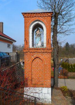Przydrożna kapliczka murowana. Kuźnica Czarnkowska, gmina Czarnków, czarnkowsko-trzcianecki.