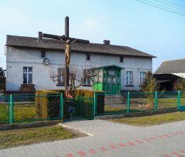 Krzyż przydrożny drewniany z kapliczką. Sarbia, gmina Czarnków, czarnkowsko-trzcianecki.