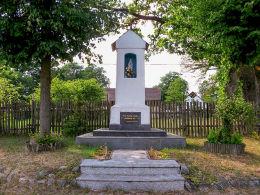 Przydrożna kapliczka Matki Boskiej w centrum wsi. Straduń, gmina Trzcianka, czarnkowsko-trzcianecki.