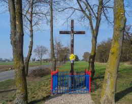Krzyż przydrożny drewniany z kapliczką. Walkowice, gmina Czarnków, czarnkowsko-trzcianecki.