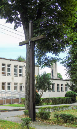 Krzyż przydrożny na placu u zbiegu ulic Dworcowej i Sportowej. Wieleń, czarnkowsko-trzcianecki.