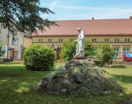 Figura Chrystusa na danym cmentarzu przykościelnym. Wieleń, czarnkowsko-trzcianecki.