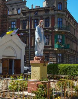 Przydrożna kapliczka przy placu 21 Stycznia. Gniezno, powiat gnieźnieński.