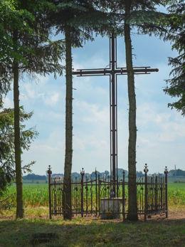 Krzyż przydrożny metalowy, stojący przy ulicy Orcholskiej. Gniezno, powiat gnieźnieński.
