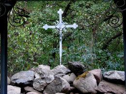 Krzyż z dawnego kościoła w plenerowej kaplicy. Gurowo, gmina Niechanowo, powiat gnieźnieński.